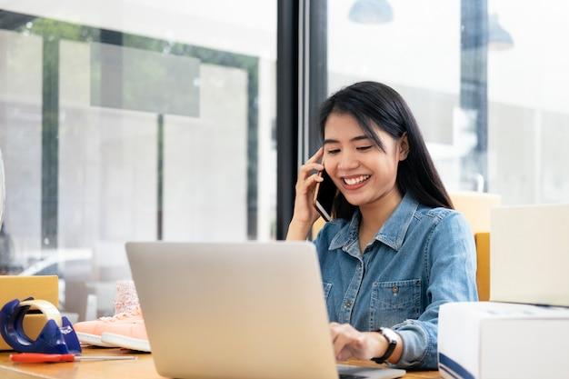 オンライン中小企業の所有者が注文を確認しています。 Premium写真