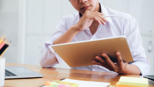ビジネス、教育、コミュニケーションのためのオンラインコネクトテクノロジーの使用。 Premium写真