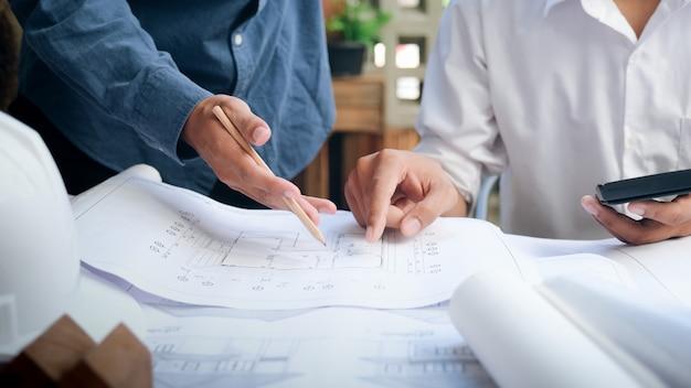建築プロジェクトのエンジニア会議 Premium写真