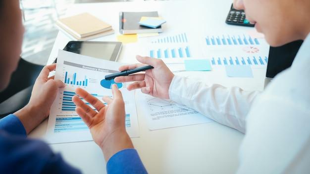 Встреча бизнесменов для обсуждения инвестиций. Premium Фотографии