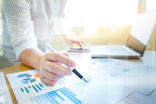ビジネスは概念のアイデアの背景を分析する。 無料写真