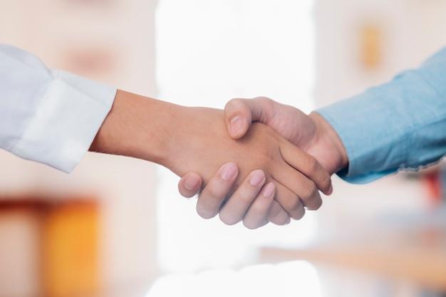 たくさんの実業家握手。 Premium写真