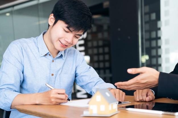 Заказчик подписывает договор на новый дом. Premium Фотографии