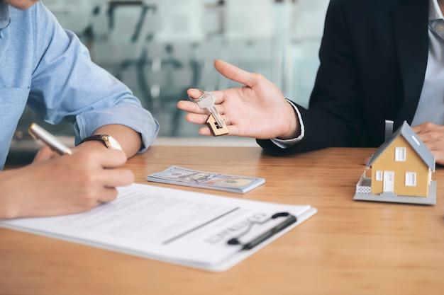 新しい家の契約に署名する顧客。 Premium写真