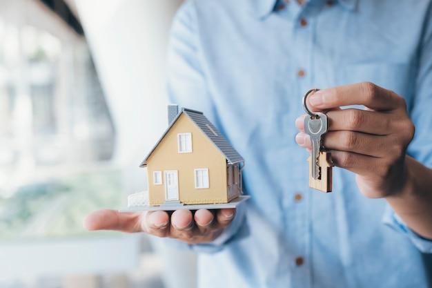 Дача, предложение, демонстрация, хранение ключей от дома. Premium Фотографии