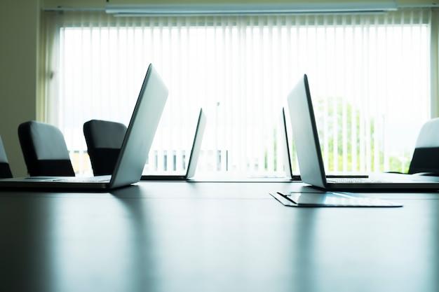 会議室のテーブル上のコンピュータラップトップ。 無料写真