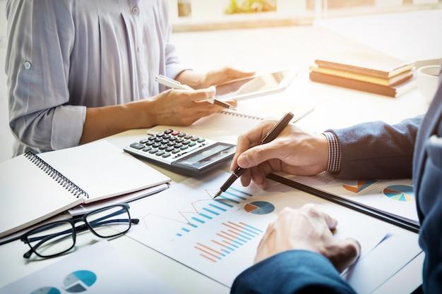 ビジネスマンの金融検査官と秘書は、レポートを作成し、計算またはバランスをチェックします。内国歳入庁の検査官検査書類。監査コンセプト 無料写真