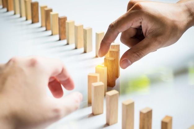 木製のブロックラインを配置問題を解決するビジネスチーム 無料写真