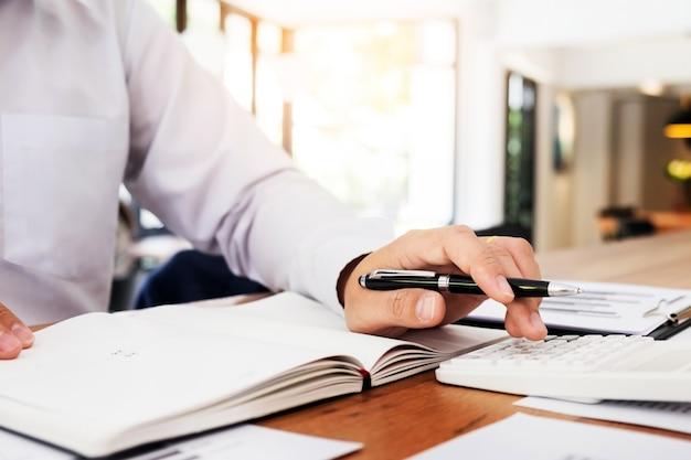会計士または銀行家は残高を計算します。投資経済のお金や保険のコンセプトを貯蓄する。 Premium写真