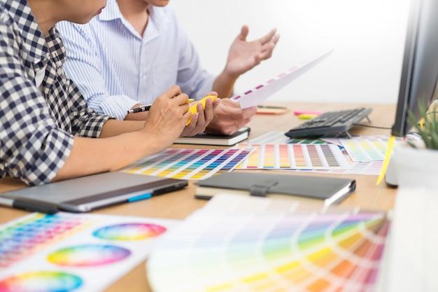 仕事のデッサンのデザイナー編集者はグラフィックタブレットおよびカラーパレットの新しいプロジェクトをスケッチします Premium写真