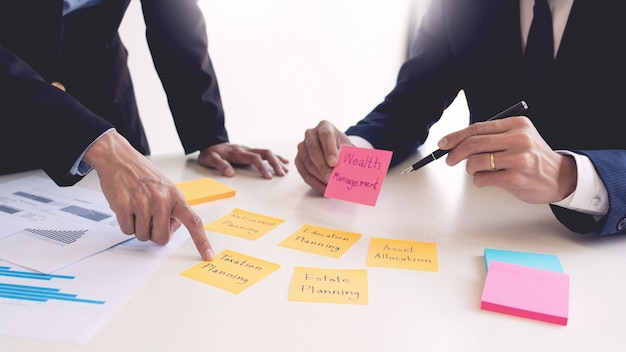 Концепция управления имуществом, бизнесмен и команда анализируя финансовый отчет для планирования финансового случая клиента в офисе. Premium Фотографии