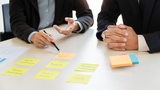 Концепция управления капиталом, деловой человек и команда, анализируя финансовый отчет для планирования Premium Фотографии