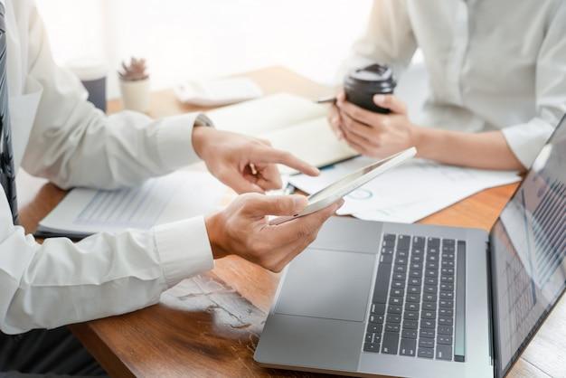 金融文書のデータチャートを分析する同僚の計画と議論 Premium写真