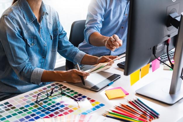 Команда графического дизайна, работающая в офисе Premium Фотографии