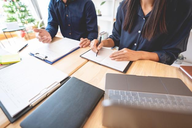 クラスルームで互いに助け合う教師 Premium写真