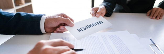 幹部の雇用主に辞表を送るビジネスマン Premium写真