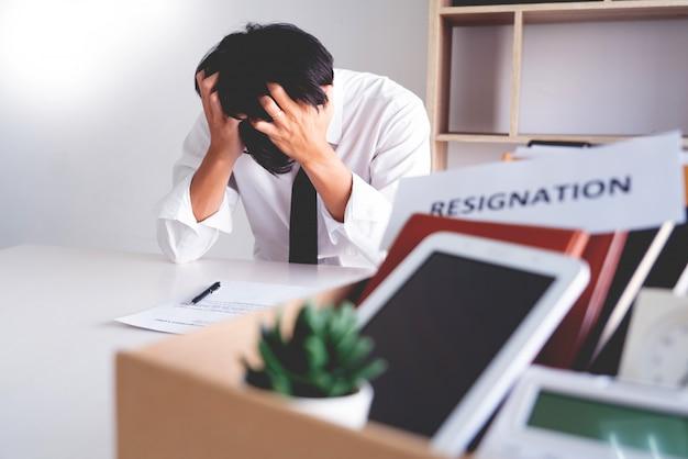 Стресс бизнесмен с письмом об отставке Premium Фотографии