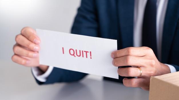 辞任の手紙を持ったビジネスマン Premium写真