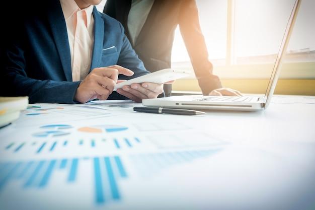 会社の業務の進捗状況を示す財務データを分析するビジネスアドバイザー Premium写真