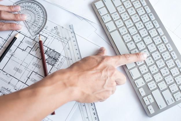建築プロジェクトで描く建築家のトップビュー、都市図上での鉛筆による投影。ホームプランニング、建築計画 Premium写真
