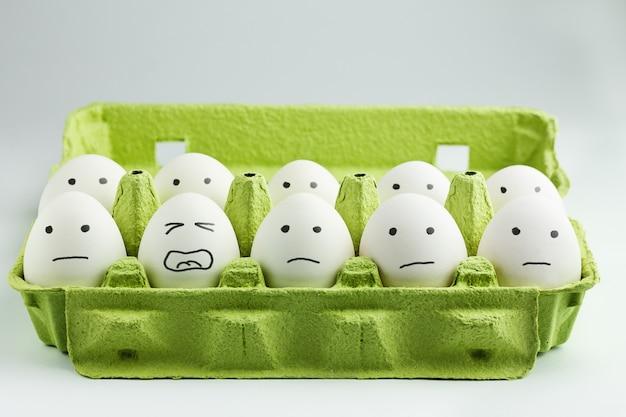 卵箱に描かれた顔の卵 Premium写真