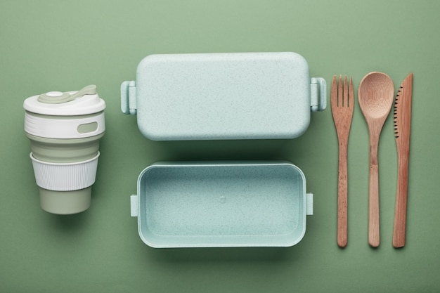 無駄のないランチのコンセプト。再利用可能なカップとボックス、竹のカトラリー。 Premium写真