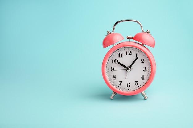 青に赤の目覚まし時計 Premium写真