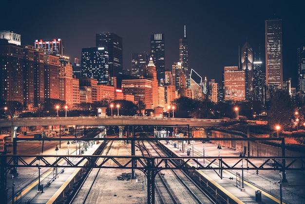シカゴのスカイラインと鉄道 無料写真