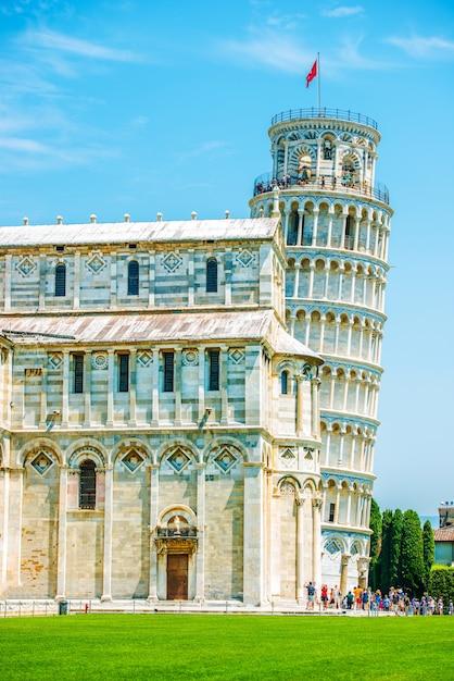 Лежащая башня пизы летом Бесплатные Фотографии