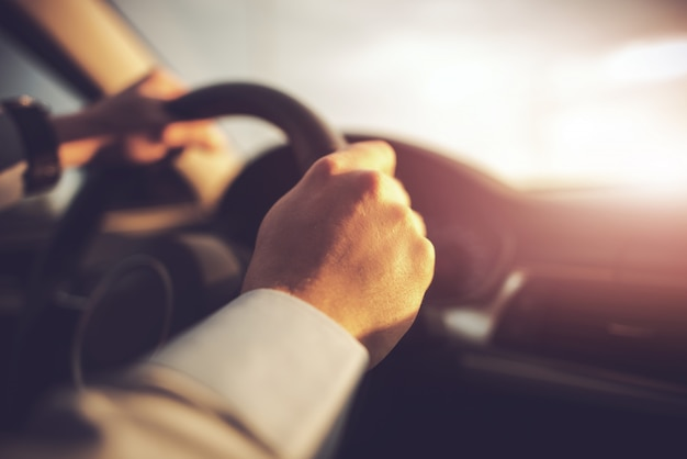 Автомобиль и водитель концепция фото Premium Фотографии