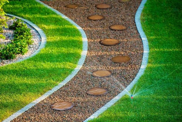 裏庭の芝生スプリンクラー 無料写真