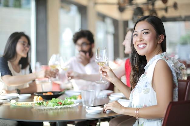 レストランでランチを楽しむ人々のグループ Premium写真