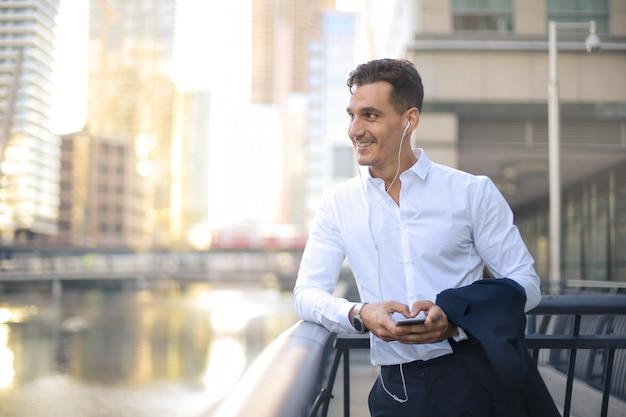 通りを歩きながら電話をかけるビジネスマン Premium写真