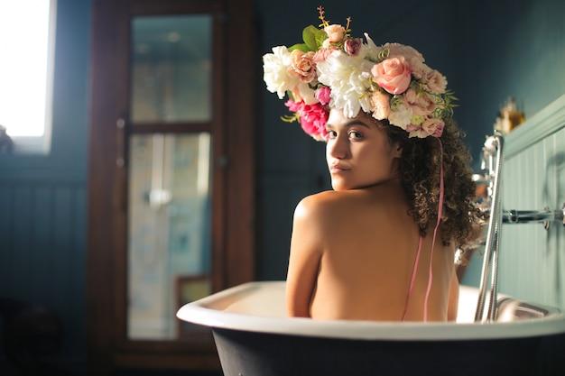 お風呂を楽しんでいる美しい女性 Premium写真