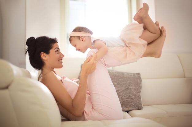 娘とソファで遊ぶ素敵な母 Premium写真