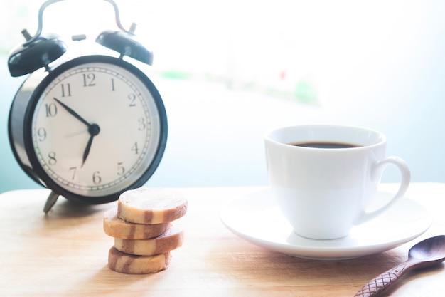 クッキーとコーヒーのカップ、ライフスタイルの概念のスタック Premium写真