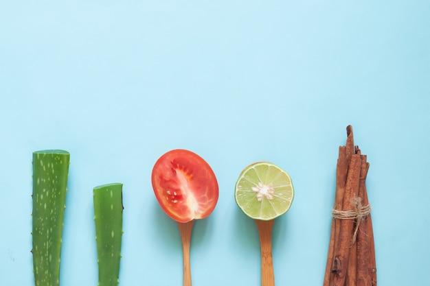 自然の美しさの概念、アロエベラとトマトの創造的なフラットレイアウト。 Premium写真