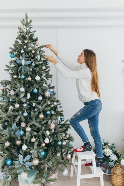 фото человек стоит спиной к елке тиндере