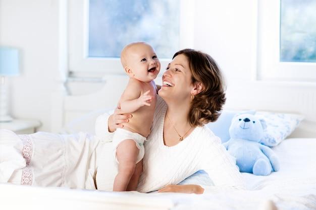 自宅で赤ちゃんと母親。ママと子供。 Premium写真