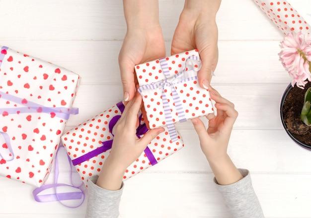 母と娘の贈り物を作る Premium写真