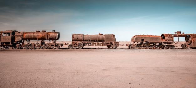 ボリビアのさびた蒸気機関車 Premium写真
