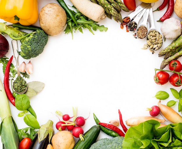 Овощи на белом Premium Фотографии