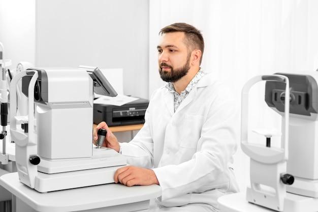 Офтальмолог работает в клинике Premium Фотографии