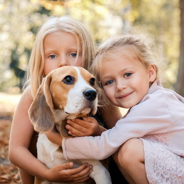犬との注意深い友人 Premium写真