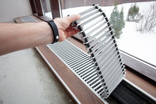 コンクリート床に組み込まれた暖房対流の設置。 Premium写真