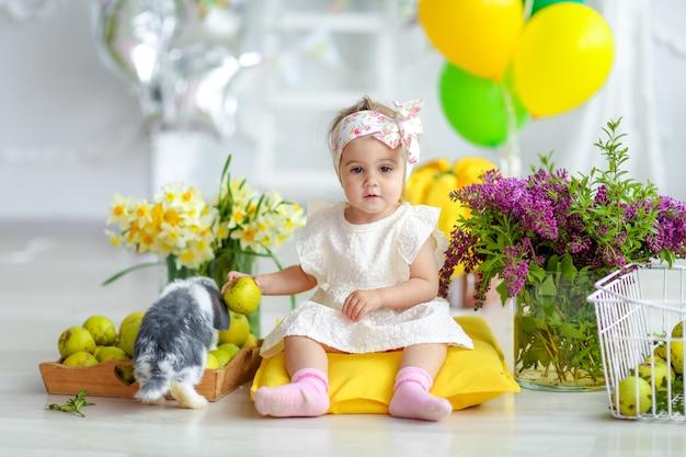 家庭的な美しいインテリアで少女の誕生日 Premium写真
