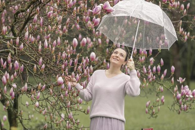 Фасонируйте портрет красивой молодой женщины в лесе осени. женщина зонтика Premium Фотографии