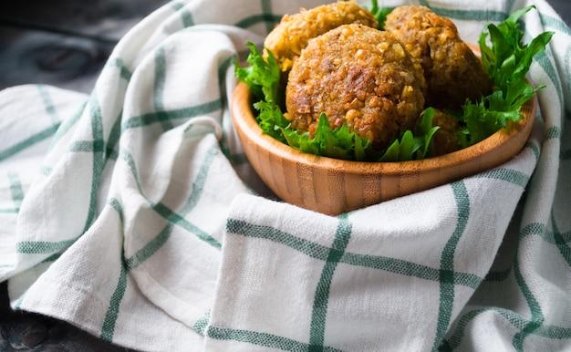 揚げひよこ豆のファラフェルとグリーンサラダの葉 Premium写真