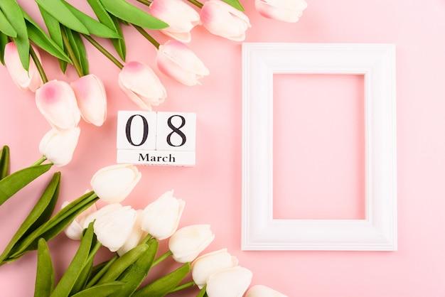幸せな女性の日、母の日。ピンクのトップビューフラットレイアウトチューリップの花とフォトフレーム Premium写真