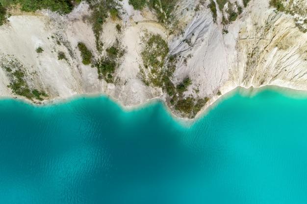 Берега горного озера Premium Фотографии